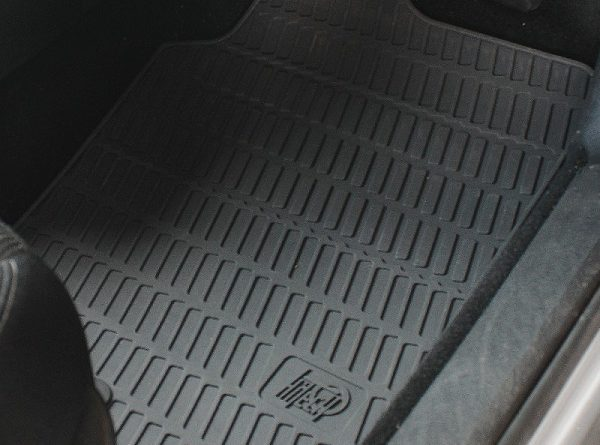 Gumijaste preproge za avto imajo tudi izdelane posebne robove